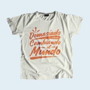 Camiseta estampada demaciado ocupado cambiando el mundo